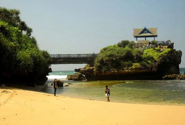 Pantai Bertebing Yang Mempesona Di Selatan Jogja/Federal Oil