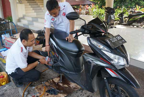Ganti Oli Gratis Ramaikan Journalism Clinic Federal Matic/Federal Oil